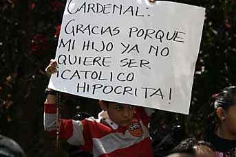 Por la mañana, alumnos manifestaron el rechazo por el desalojo y con ayuda de sus papás hicieron carteles en contra del Arzobispado y el Cardenal. Foto: Emilio De La Cruz