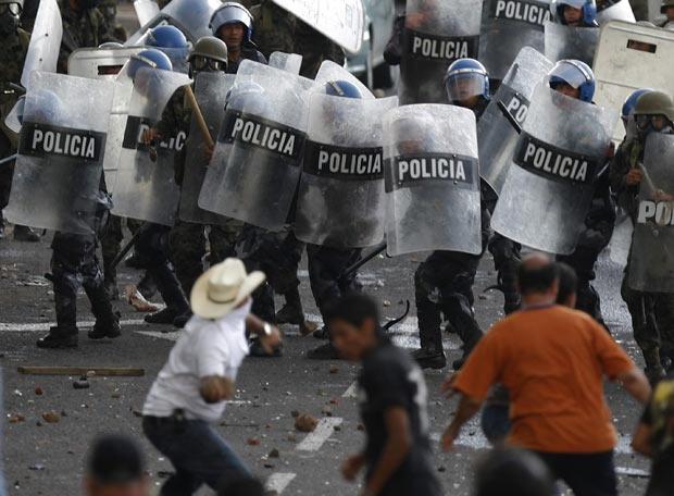 http://cronicadesociales.files.wordpress.com/2009/06/poblacion-vs-policias-golpe-honduras-reuters-ep-2009-06-29.jpg