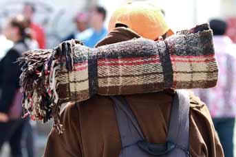 Aquí observamos un migrante, de tantos que pasan por la Ciudad, en Avenida Inglaterra. Foto: Archivo