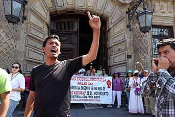 Los maestros señalan que no se han respetado los acuerdos firmados por el Gobierno del Estado. Foto: Alejandro Madera Leer más: http://www.mural.com/comunidad/articulo/695/1388314/#ixzz2uoDZBtPH Follow us: @muralcom on Twitter