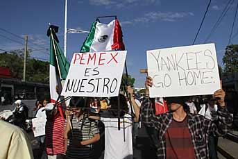Los manifestantes avanzaron bloqueando dos carriles de Avenida Vallarta. Foto: Carlos Ibarra Leer más: http://www.mural.com/comunidad/articulo/696/1391536/#ixzz2wPgqRVNX Follow us: @muralcom on Twitter