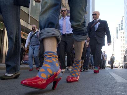 hombres-caminado-en-tacones