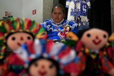 Exposicion artesanal de los distintos grupos indigenas del estad
